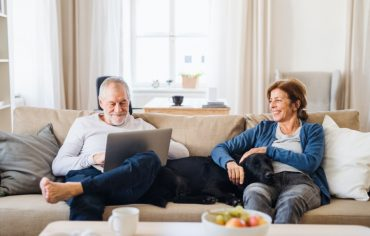 online-auto-insurance-quote-in-ontario-old-couple-on-couch-laptop