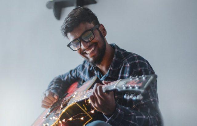 freelance-musician-money-management-guitar-player