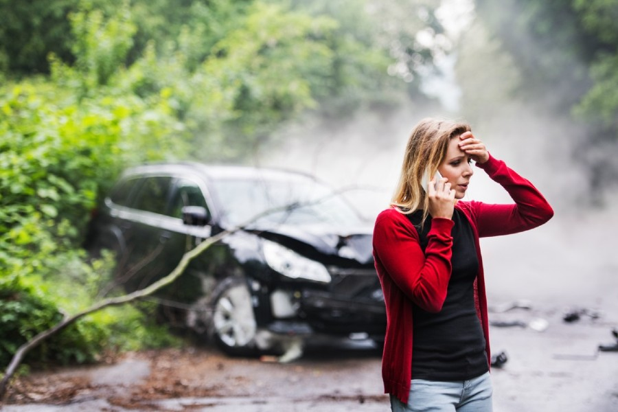 how-to-report-a-car-accident-to-police-woman-on-phone-crashed-car